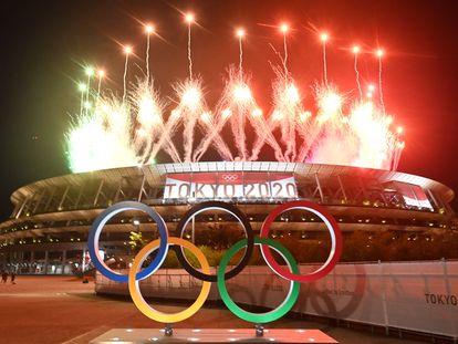 Fogos de artifício durante a cerimônia de encerramento no estádio olímpico de Tóquio.