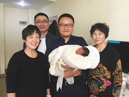 Avós posam com Tiantian