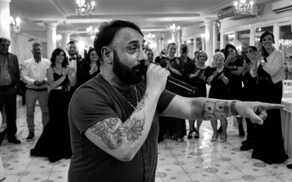 O cantor neomelódico Gino Esposito canta em um casamento.