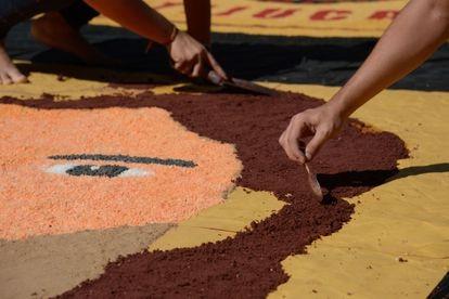 Fiéis confeccionam tapetes de sal para Corpus Christi na Catedral Metropolitana, no centro do Rio, em 2018.