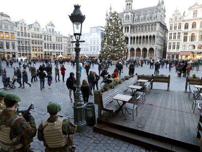 Soldados belgas vigiam a Grand Place, em Bruxelas.
