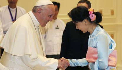 O Papa aperta a mão da líder birmanesa Aung San Suu Kyi, na terça-feira em Naypyidaw.