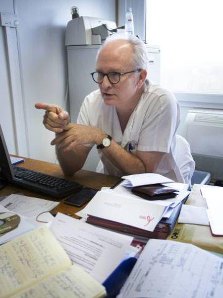 O médico belga François Damas, em uma consulta.