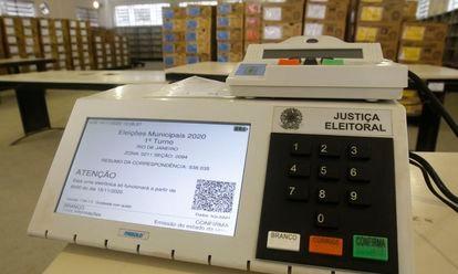 Uma urna eletrônica de um colégio eleitoral no Rio de Janeiro. Votação nas eleições 2020 vai das 7h às 17h em todo o Brasil.