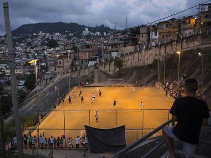 Um jogo de futebol no Brasil.