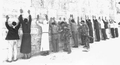 Soldados israelenses revistam prisioneiros palestinos e jordanianos na Cidade Velha de Jerusalém, em 8 de junho de 1967.