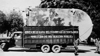 Um dos primeiros caminhões carregados com pinturas sai do Prado em novembro de 1936 com destino a Valência.