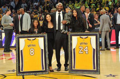 Kobe Bryant, sua esposa, Vanessa Bryant, e suas filhas Gianna Maria, Natalia Diamante e Bianka Bella, em dezembro de 2017.
