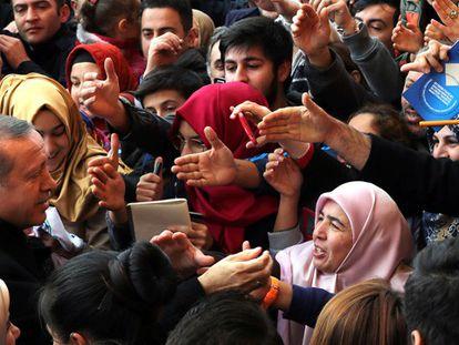 Erdogan depois de votar em Istambul (Turquia).