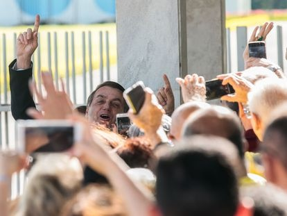 O Presidente Jair Bolsonaro fala  à Imprensa e  populares na saida do Palácio da Alvorada
