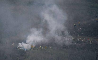 Bombeiros no local do acidente de helicóptero.