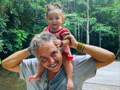 O fotógrafo Lilo Clareto com sua filha caçula, Maria, em Altamira, no Pará.
