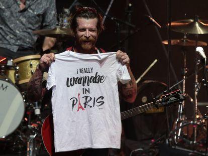 Jesse Hughes, cantor do grupo Eagles of Death Metal, em show no Olympia.