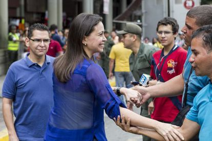 María Corina Machado saúda seus simpatizantes.