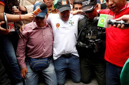 Luis Fernando Camacho, de joelhos, em um protesto.