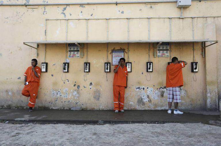 Presidiários telefonam de dentro de uma prisão no México.