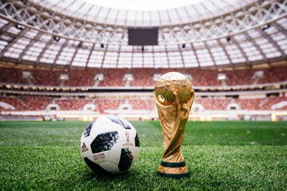 A bola e o troféu da Copa do Mundo sobre o gramado do estádio Lujniki, em Moscou, palco da final.