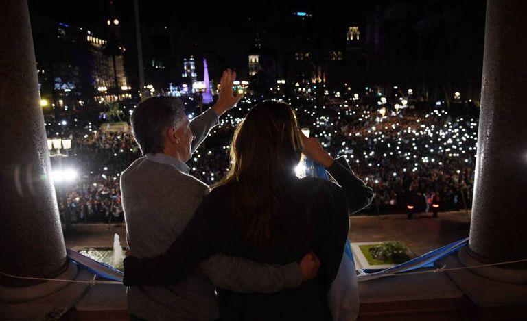 O presidente Mauricio Macri e sua esposa, Juliana Awada, saúdam aos manifestantes que se congregaron na praça de Maio em apoio o Governo.