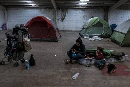 Claudia Hernández, hondurenha de 29 anos, com a filha Angelina Julieth, em uma taberna em Tijuana donde convive com outros imigrantes.