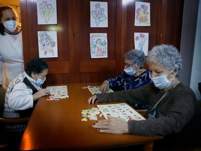 Três mulheres na residência geriátrica Gravi, em Polinyà, Barcelona, no sábado.