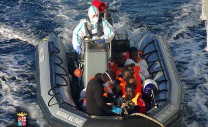 Alguns dos 1.026 imigrantes resgatados em 24 de dezembro pela Itália.
