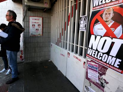 Cartazes de protesto contra Zozulya no estádio de Vallecas.