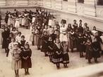Meninas formam fila em escola de São Paulo