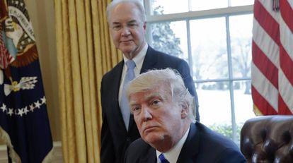 O presidente Donald Trump com o demitido secretário de Saúde, Tom Price.