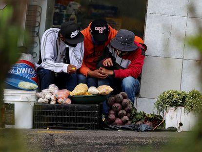 Vendedores de alimentos numa rua de Quito (Equador), em 21 de julho.