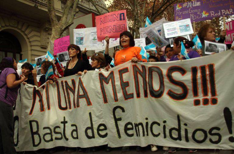 """Milhares de pessoas pediram """"Ni una menos"""" na Argentina há um ano."""