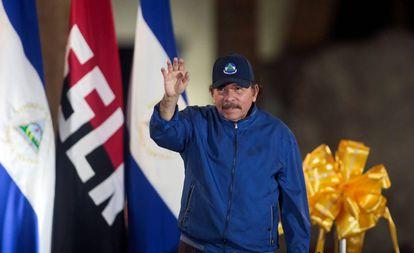 Daniel Ortega cumprimenta seus seguidores em um ato público.