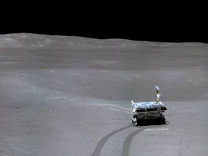 Foto do veículo 'Yutu-2' tirada do módulo de aterrissagem da missão 'Chang'E-4'.