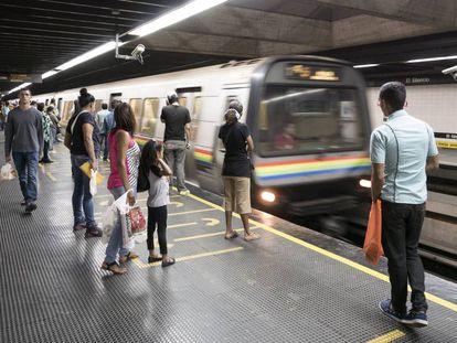 Venezuelanos usam o metrô de Caracas, em janeiro de 2017.