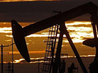 Uma bomba de petróleo em funcionamento ao amanhecer perto da localidade texana de Midland, Estados Unidos.