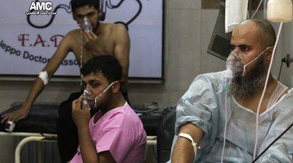 Pacientes com máscaras de oxigênio num hospital de Alepo. A oposição acusa o regime de ter atirado bombas com gás de cloro asfixiante.
