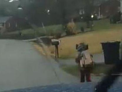 Um homem da Virginia obriga o filho a ir correndo para o colégio após ser expulso do transporte escolar. Sua reprimenda recebe aplausos e acusações de maltrato