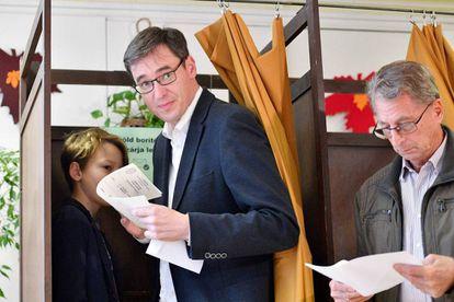 Gergely Karacsony, vencedor das eleições de Budapeste, vota neste domingo.