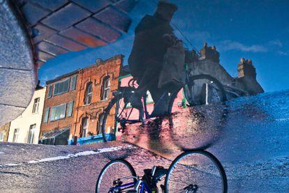 Um ciclista em uma rua de Dublim (Irlanda).
