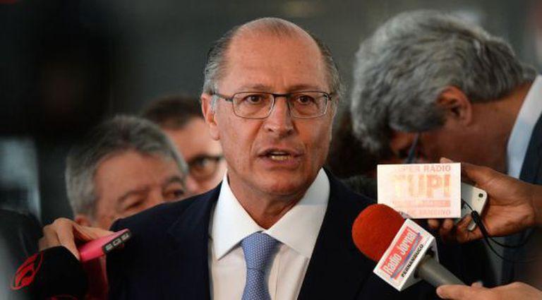 Alckmin concede entrevista após reunião com Dilma.