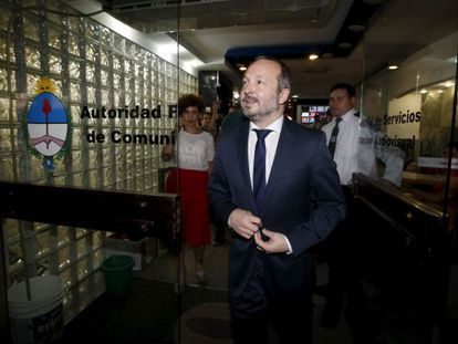 O chefe da agência reguladora dos meios audiovisuais, Martín Sabbatella, demitido por Macri, nesta quarta-feira na entrada do escritório do órgão.