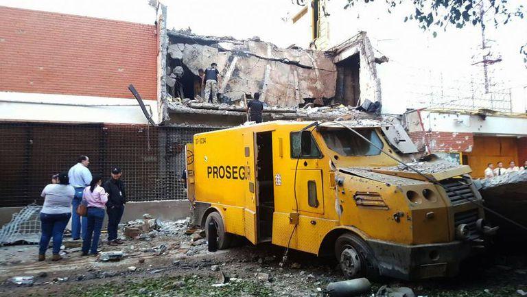 Restos de um blindado na frente do edifício demolido da sede da Prosegur em Ciudad del Este.