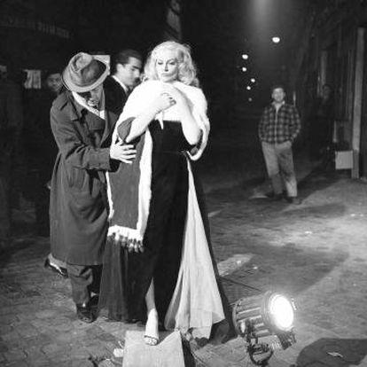 Federico Fellini com Anita Ekberg durante as filmagens de 'A Doce Vida', em 1959.