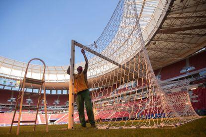 Empregado no campo do estádio Mané Garrincha, em Brasília, que receberá a abertura da Copa América.