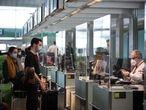 23/12/20 En la imagen, pasajeros en la zona de salidas.Terminal 1 del aeropuerto de Barcelona. Prat de Llobregat, 23 de diciembre de 2020 [ALBERT GARCIA]