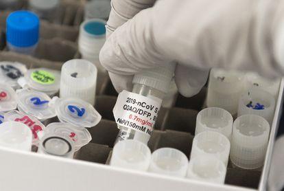 Frasco usado em pesquisas para encontrar uma vacina contra a covid-19 nos laboratórios da Novavax, em Rockville, Maryland (EUA), em março.