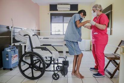 Francisco Cláudio das Chagas Oliveira, de 44 anos, tenta voltar a andar oito meses depois da covid-19.