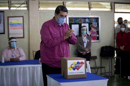 O presidente venezuelano, Nicolás Maduro, neste domingo em uma seção eleitoral de Caracas.