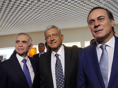 Romo, López Obrador e Castañón chegam à reunião.