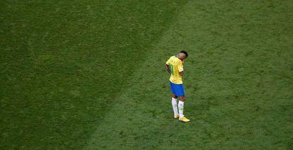 Neymar lamenta-se depois da eliminação do Brasil em Kazan.