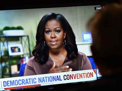 Um homem assiste ao discurso da ex-primeira-dama Michelle Obama, no primeiro dia da convenção democrata.